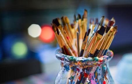 Bukósisak festése házilag: érdemes belekezdeni?